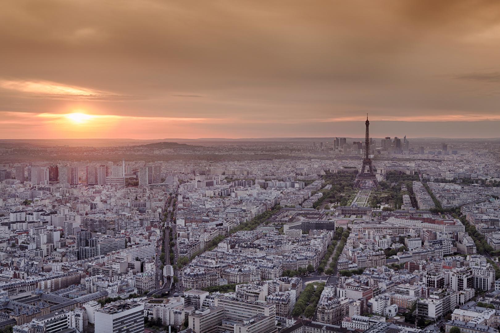 Skyline von Paris von oben im Sonnenuntergang