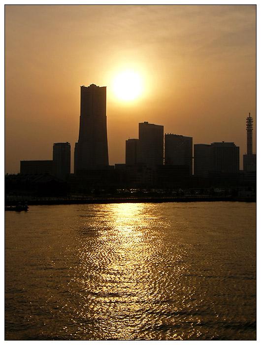 Skyline von Yokohama am Abend