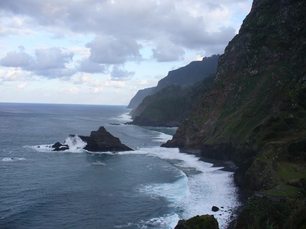 So Rau kann der Atlantik bei Santana auf Madeira sein ! ! !
