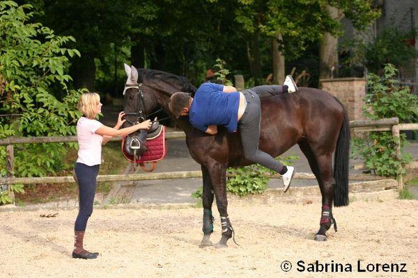 So steigen die Ungarner aufs Pferd:-)