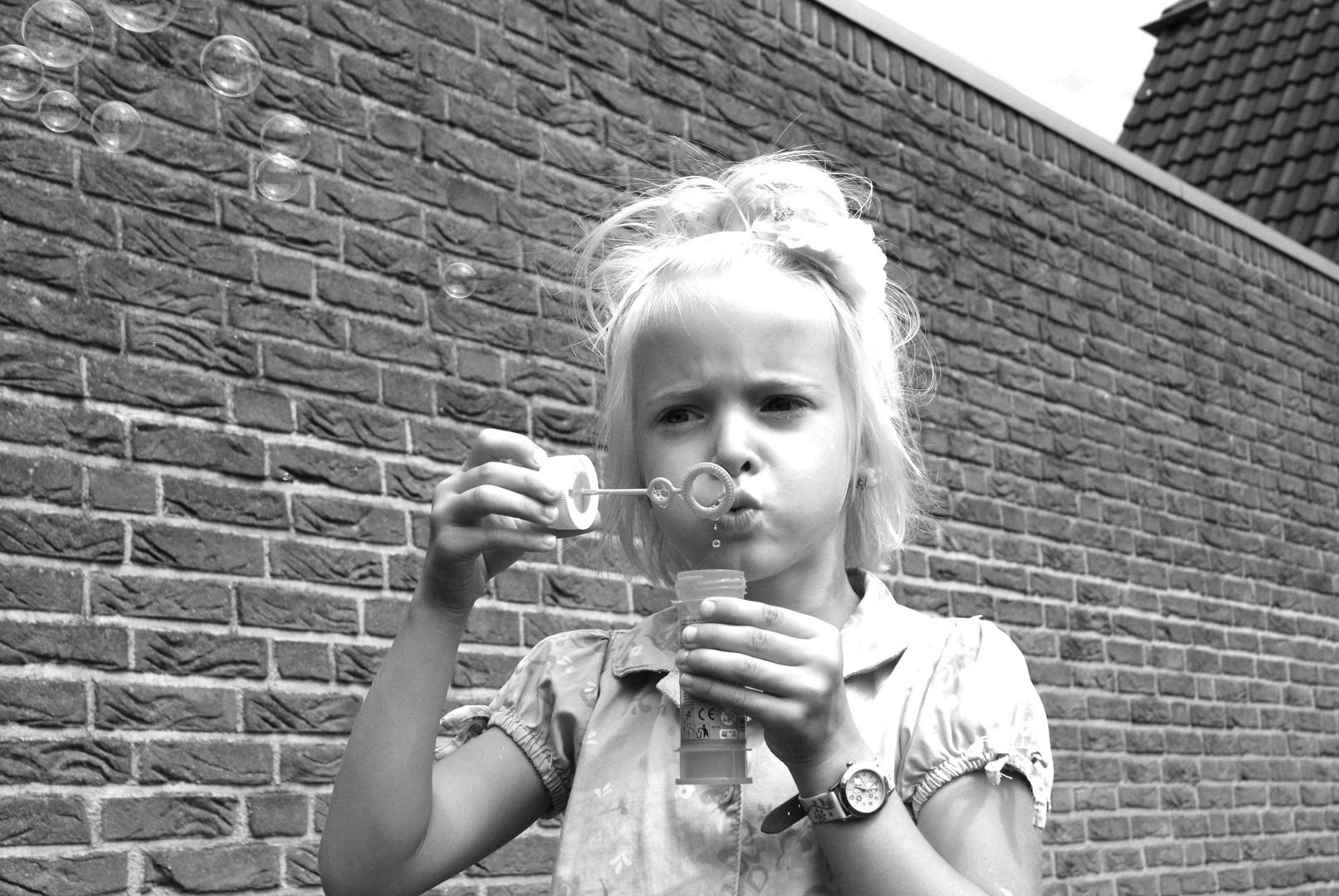 Soap-bubble girl - Seifenblasenmädchen