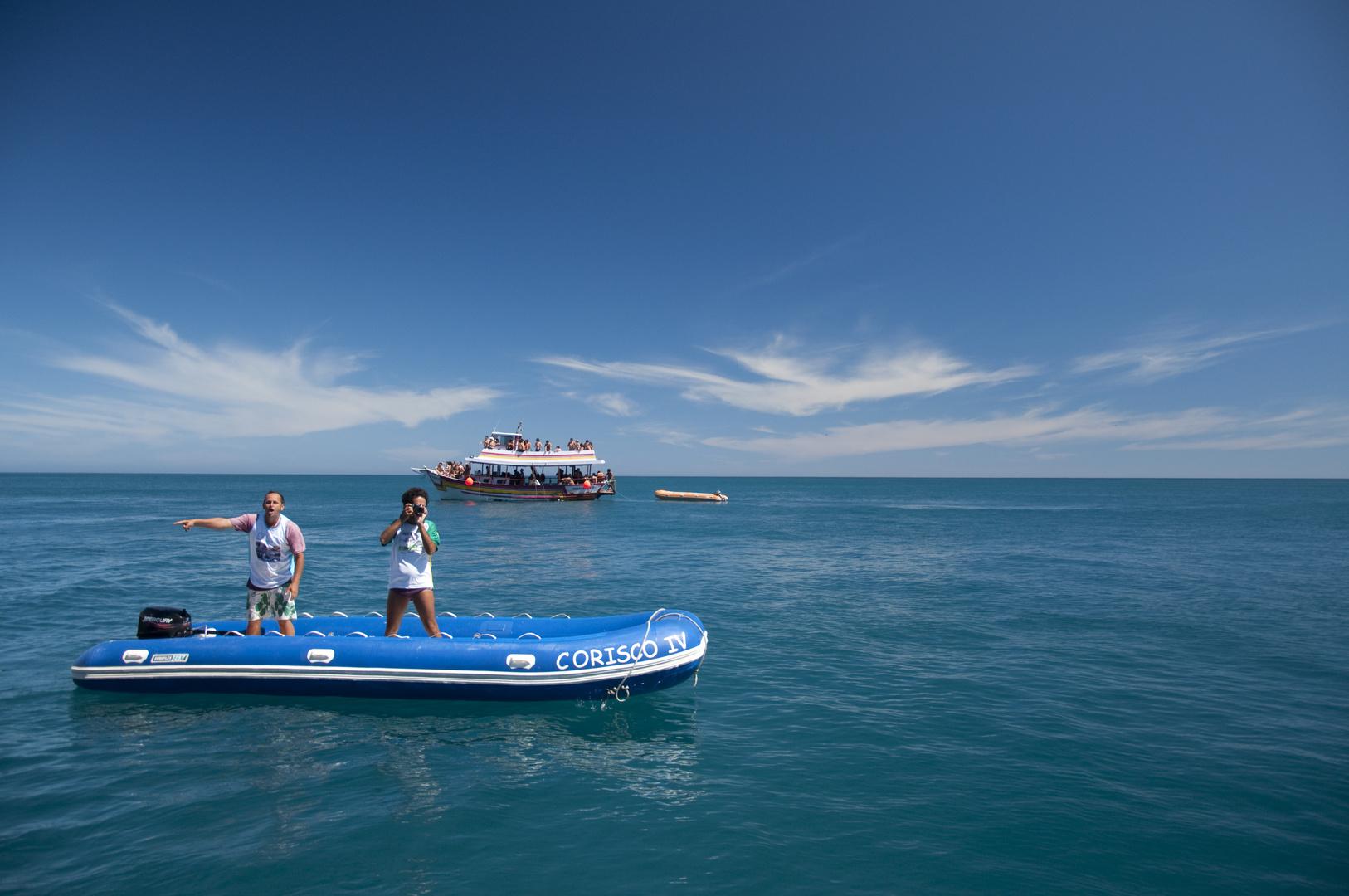 Sobre azules y botes
