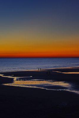 Soirée colorée pour mer éclairée.