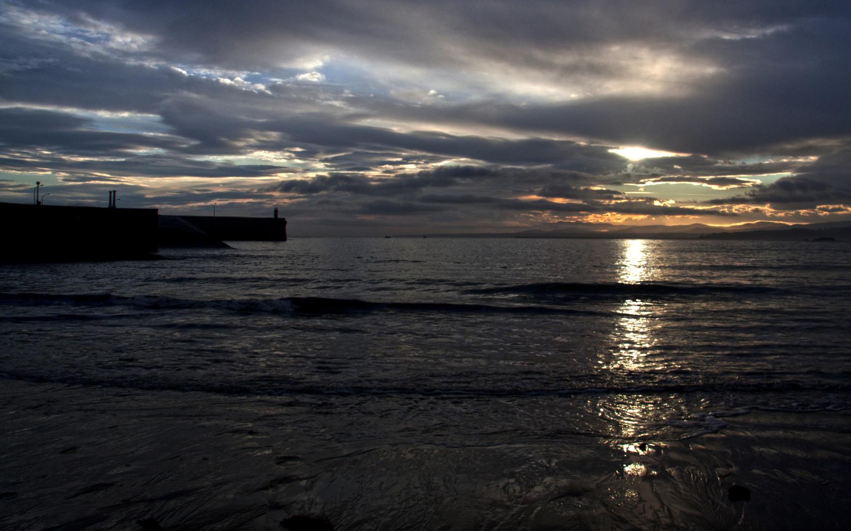 sol al amanecer playa luanco