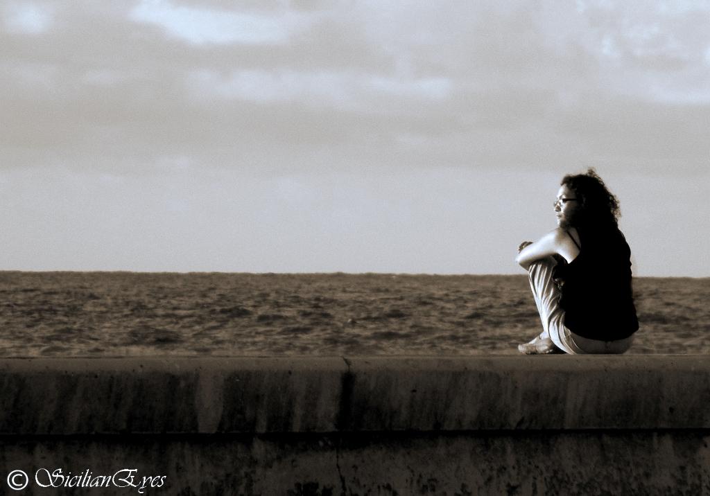 Sola junto al mar