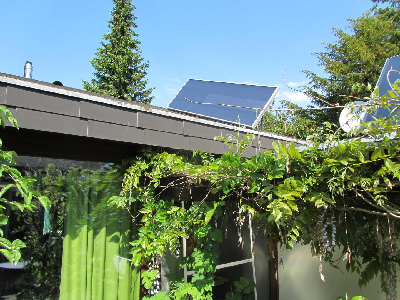 Solarluftkollektor auf dem Bürogebäude vom Luftkollektor-Portal beim produzieren von Warmluft