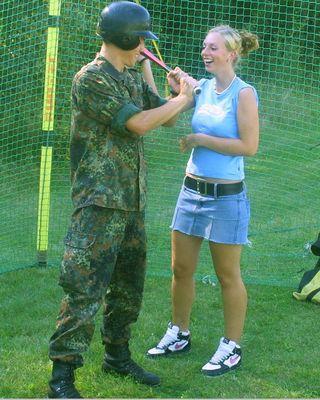 Soldat und Softballerin 1