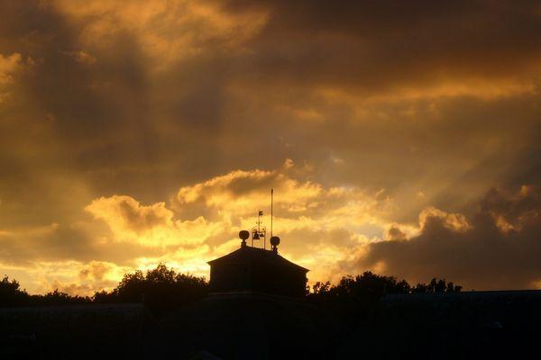 soleil couchant sur le chateau du champ de bataille