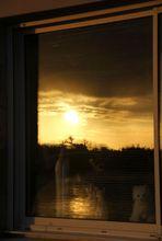 soleil couchant sur le fleuve sauvage