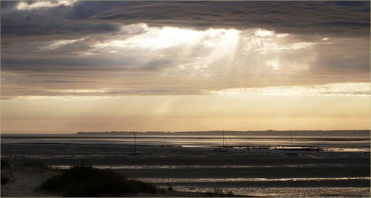 Soleil, mer, nuages et pluie sur la côte atlantique à marée basse