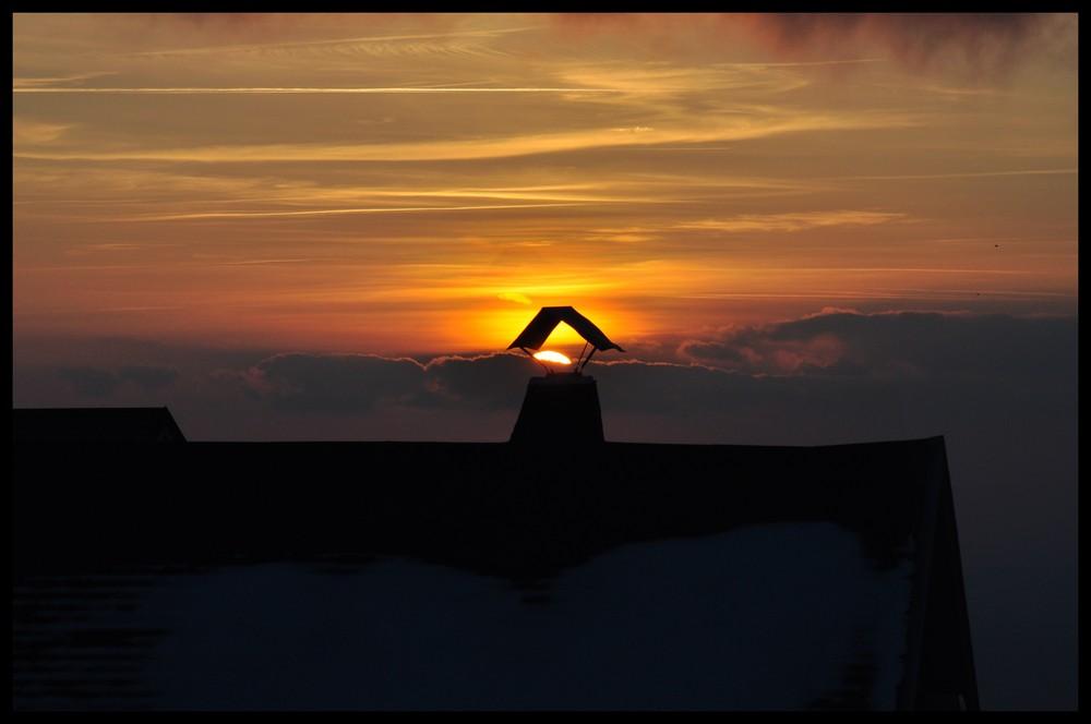 soleil qui se niche dans la cheminée