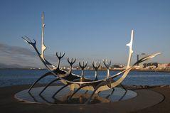 Sólfar - Sonnenfahrt: Reykjaviks Wikingerschiff-Denkmal an der Uferpromenade Reykjaviks
