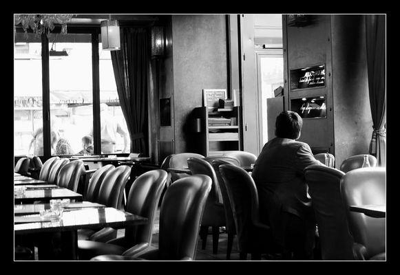 Solitude dans un café
