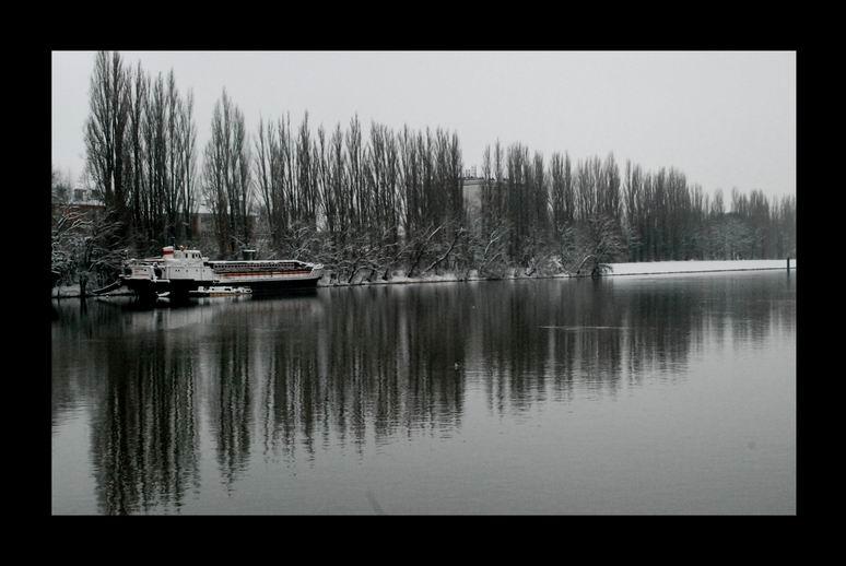 Solitude d'une péniche en hiver