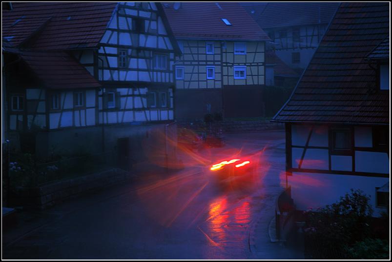 sommerlicher gewitterregen macht den tag zur nacht