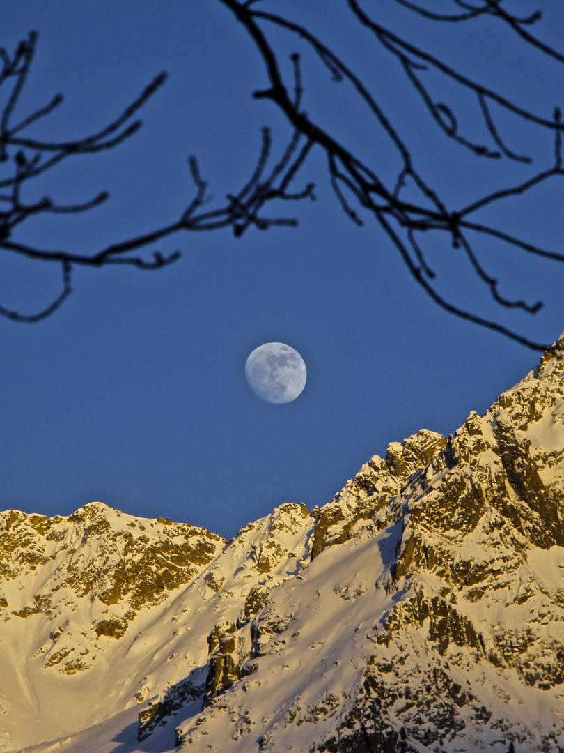 Sonne , Berge , Mond