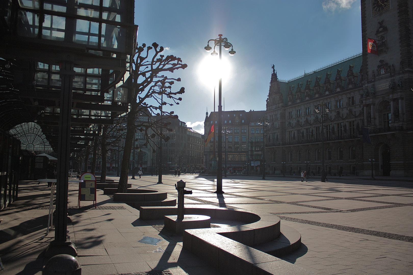 Sonne pur am Rathausmarkt in Hamburg