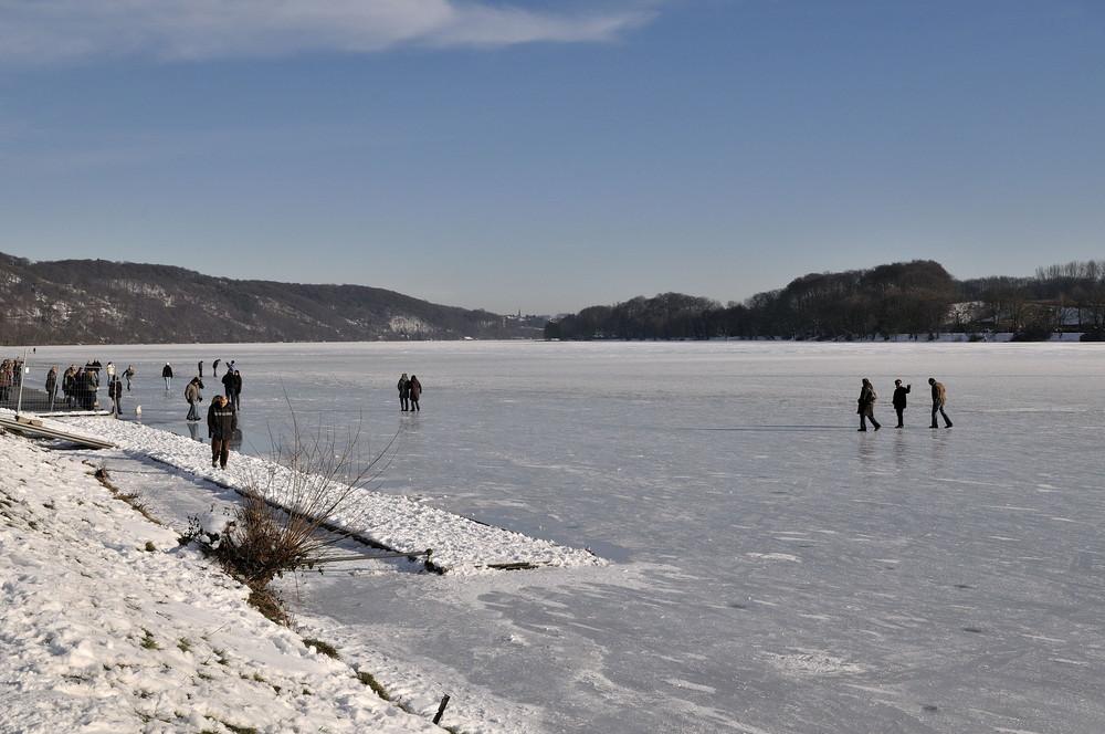 Sonne, Schnee und ein zugefrorener Baldeneysee lockten die Ausflügler