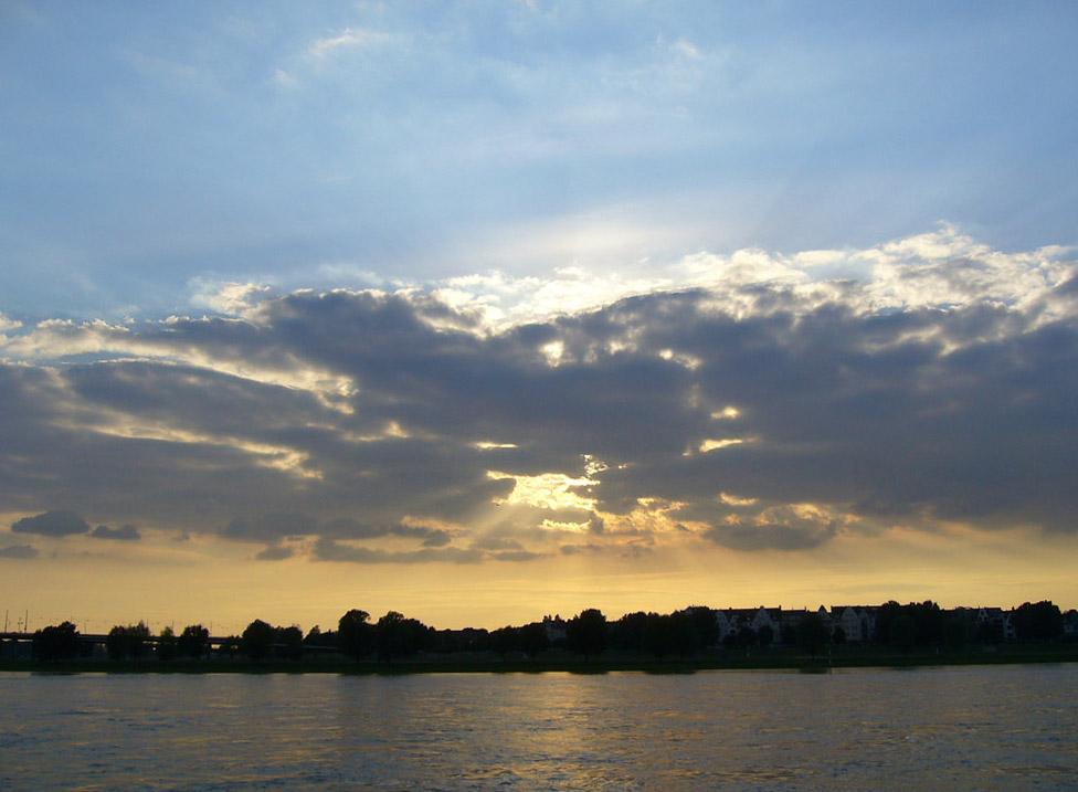 Sonne über dem Rhein
