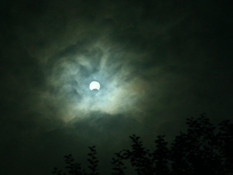 Sonne und Mond bei Nebel