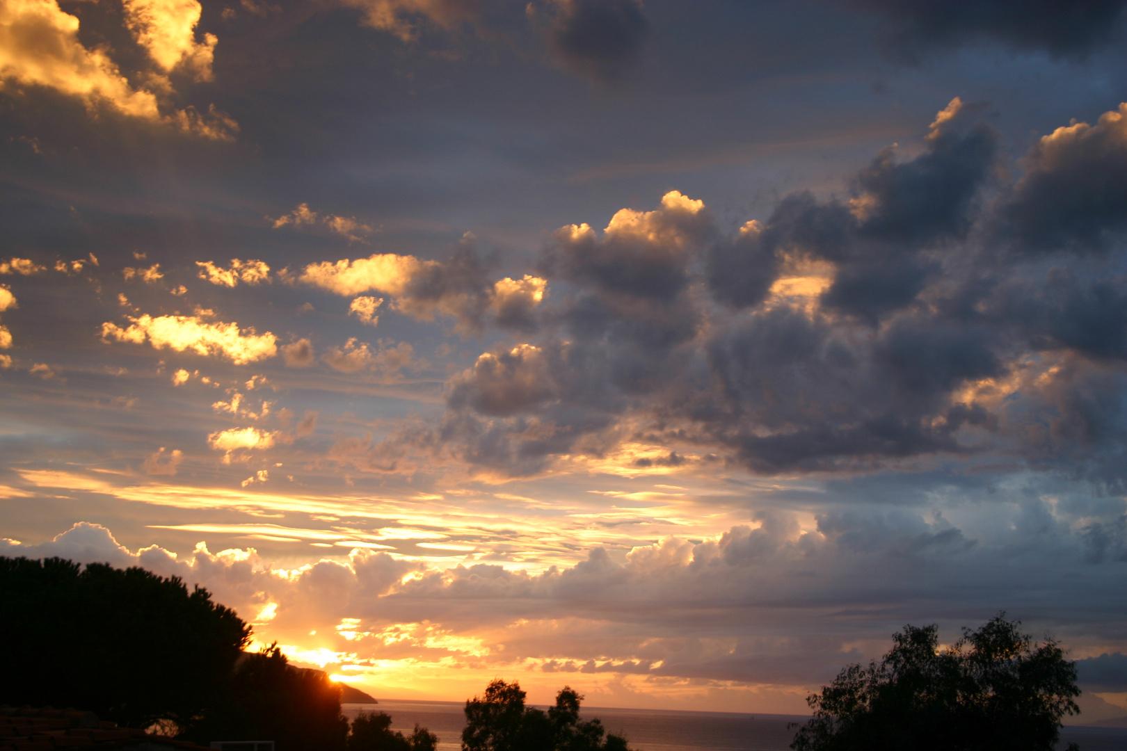 Sonne versinkt hinter Korsika