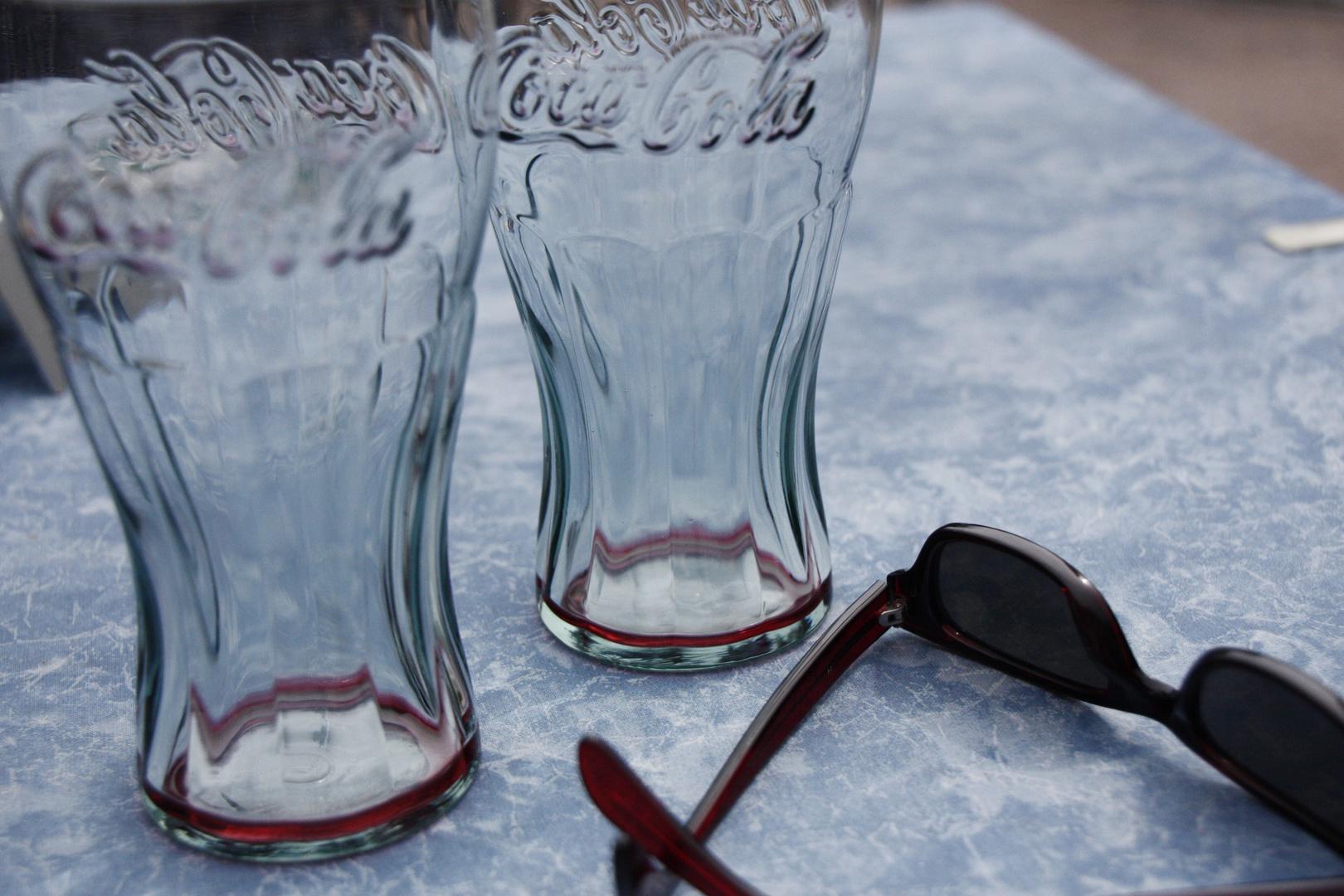 Sonnebrille und Gläser arrangiert