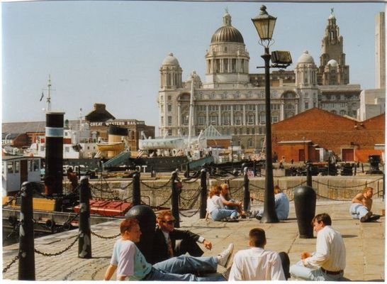 Sonnenanbeter am Albert Dock, Liverpool