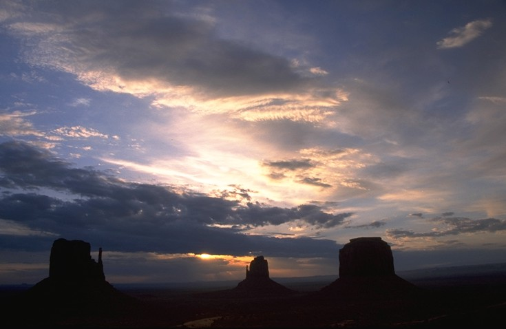 Sonnenaufgang am Monument Valley, AZ, USA