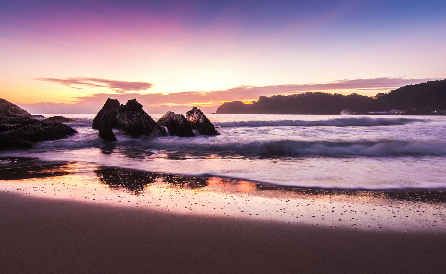 Sonnenaufgang am Praia de Cabeçudas, Brasil SC