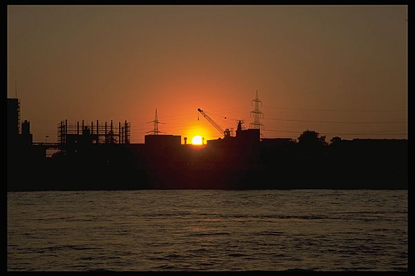 Sonnenaufgang am Rhein, Duisburg-Walsum, NRW, Deutschland