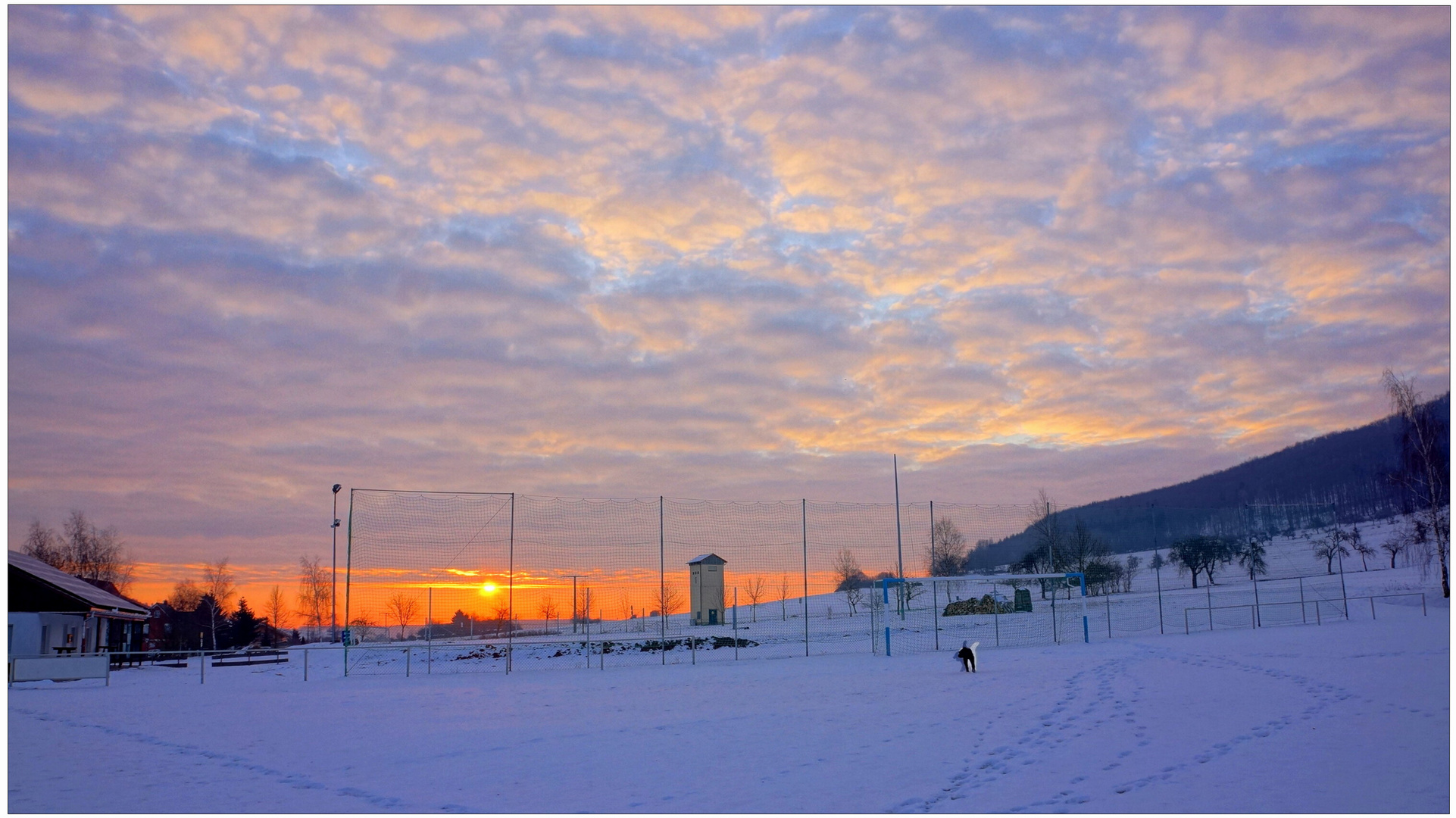 Sonnenaufgang am Sportplatz (salida del sol en el campo de deportes)