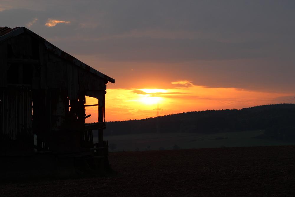 Sonnenaufgang an alter Hütte