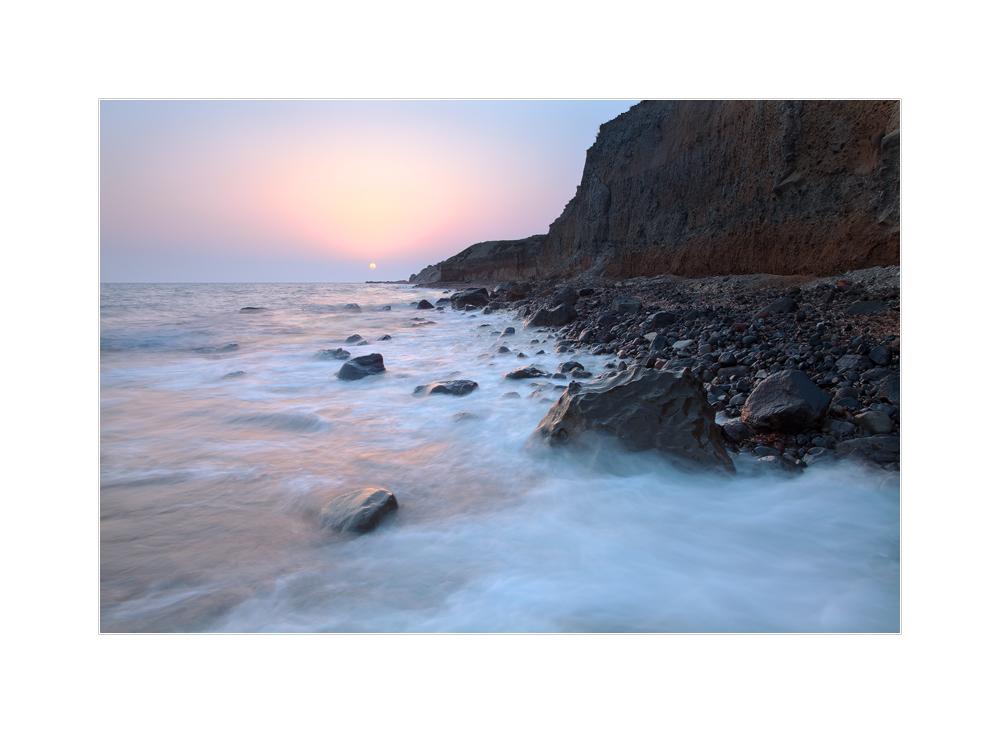 Sonnenaufgang an der Küste Santorins