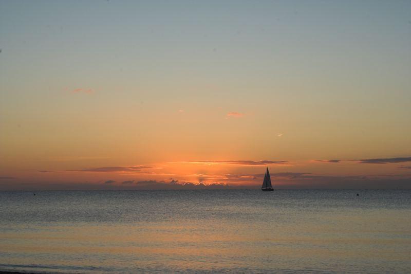 Sonnenaufgang an der Ostsee mit Segelboot