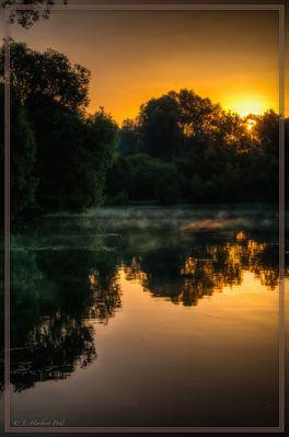 Sonnenaufgang an einem Badesee im Westen Münchens