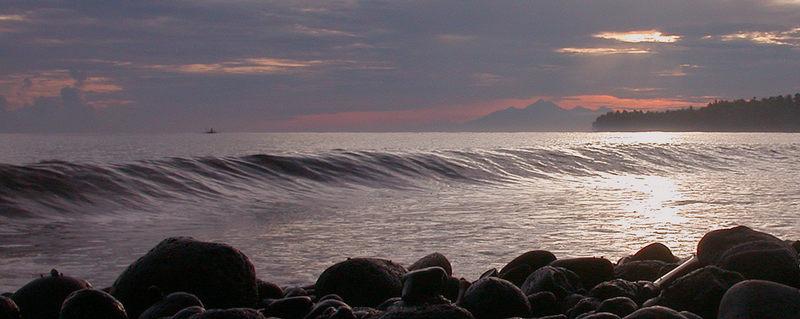 Sonnenaufgang auf Bali, im Hintergrund Lombok