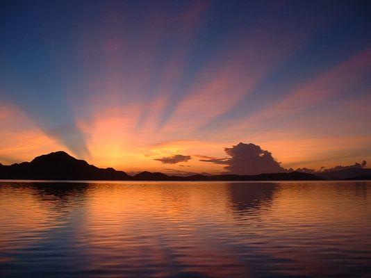Sonnenaufgang auf den Komodo Inseln