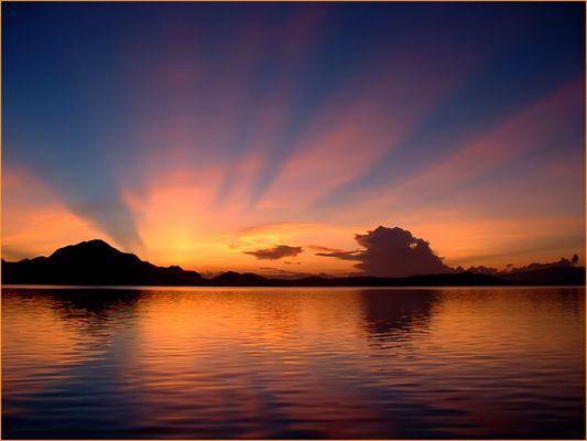 Sonnenaufgang auf den Komodo Inseln* reload