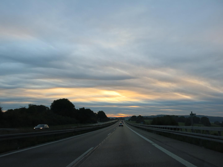 Sonnenaufgang auf der Autobahn