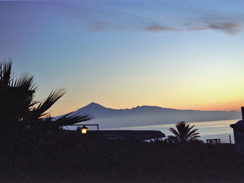 Sonnenaufgang auf La Gomera (im Hintergrund der Teide)