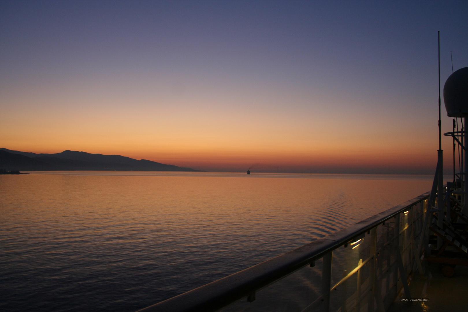 Sonnenaufgang bei der Hafeneinfahrt in Monaco