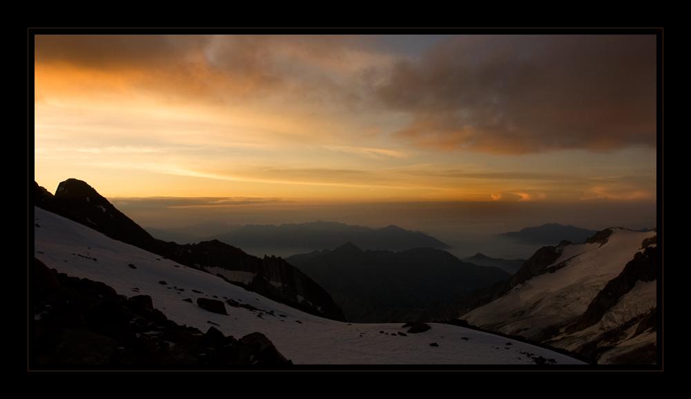 Sonnenaufgang beim Aufstieg zum Weissmies