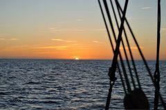 Sonnenaufgang beim Segeln