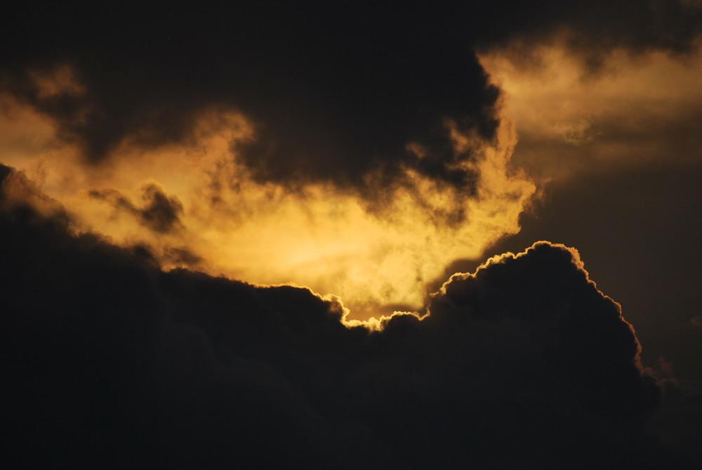 Sonnenaufgang hinter den Wolken