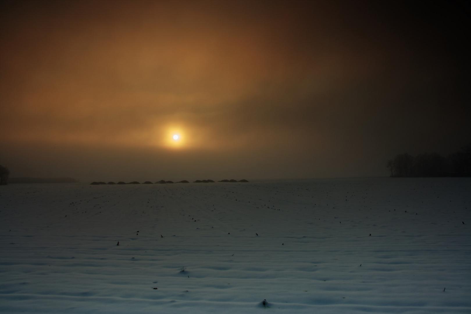 Sonnenaufgang hinter Nebelwand
