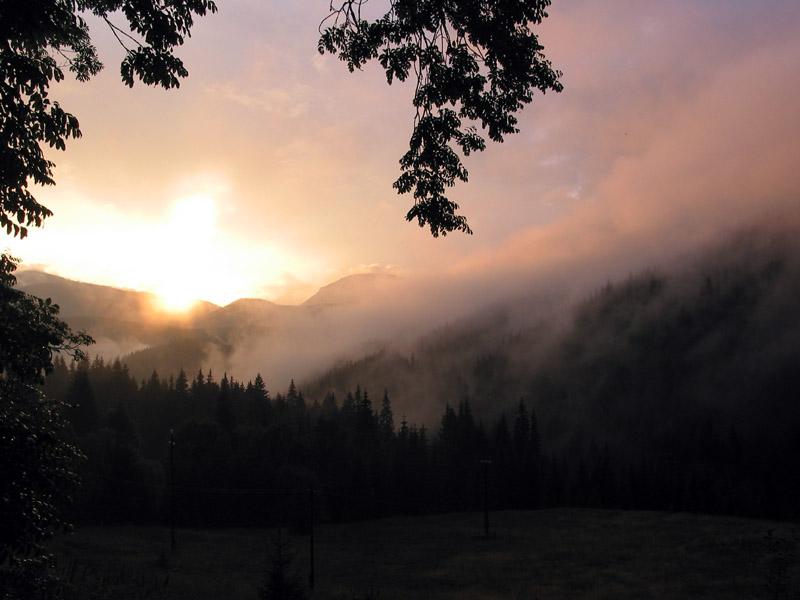 Sonnenaufgang in den bergen mit Morgennebel