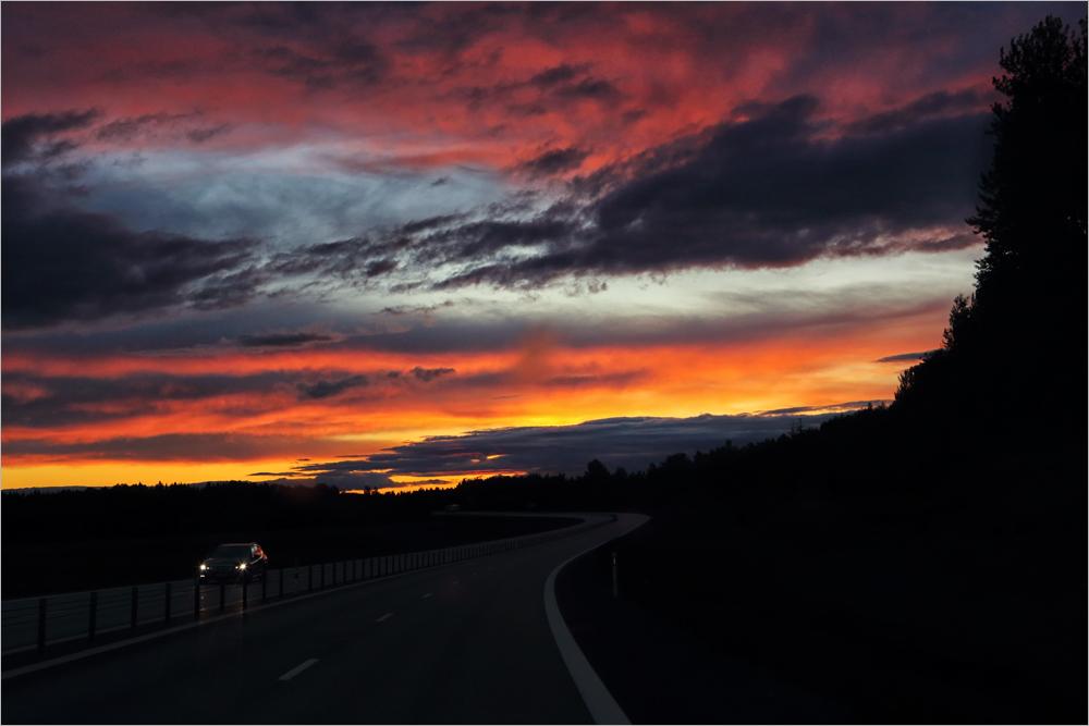 Sonnenaufgang kurz vor drei bei 80 km/h