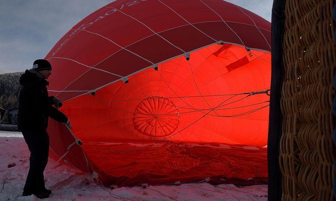 Sonnenaufgang mal ganz anders. Währen die Hülle mit Luft gefüllt wurde...