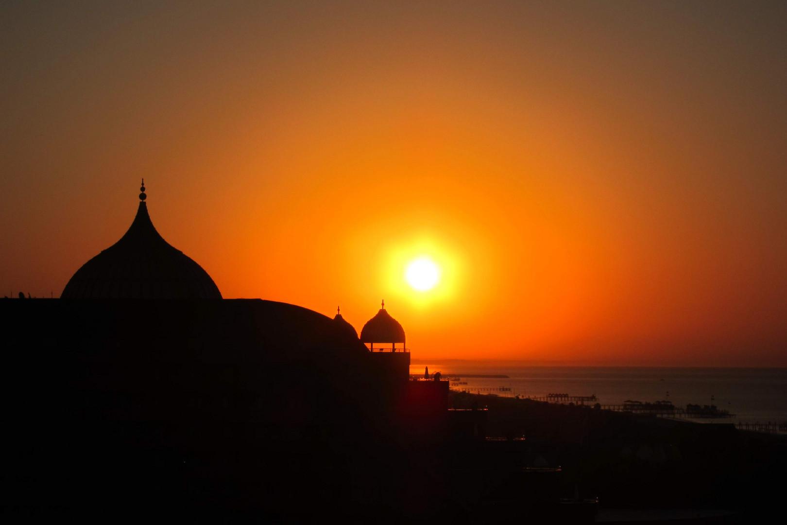 Sonnenaufgang mit dem Blick vom Delphin Imperial auf das Palace