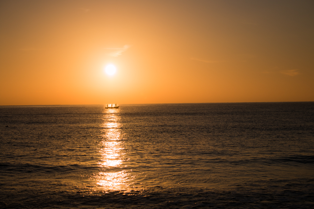 Sonnenaufgang mit Fischerboot 1